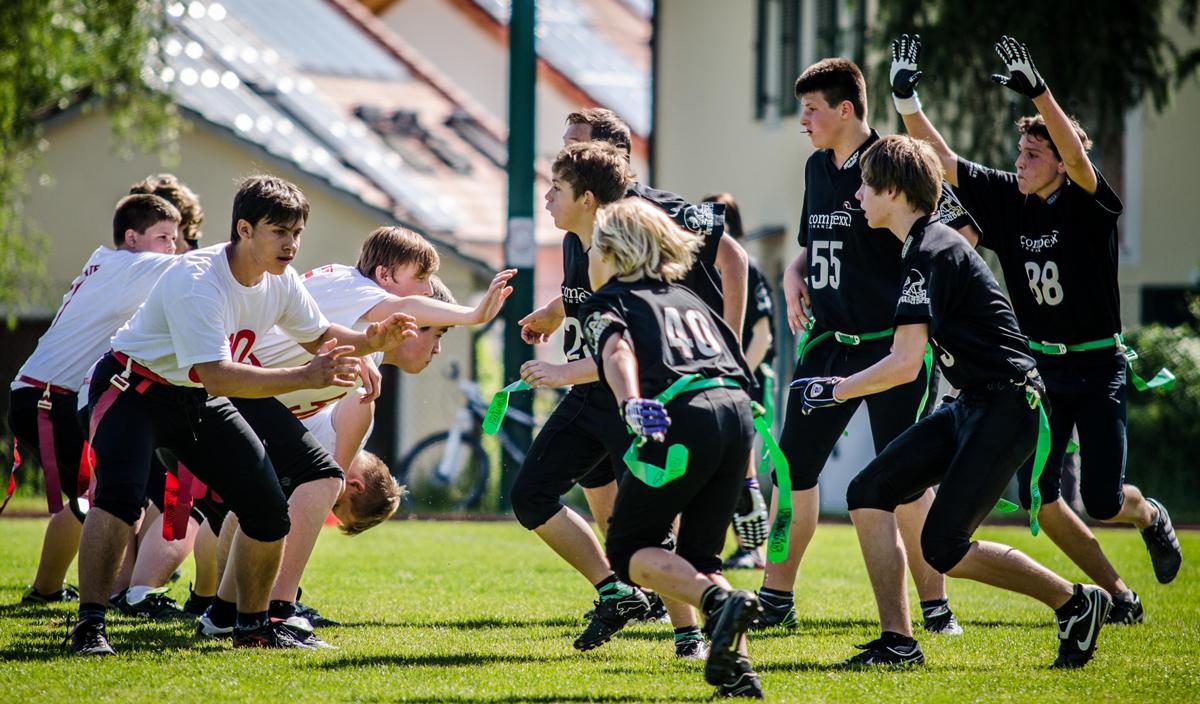 Statt den Gegner niederreißen geht es beim Flagfootball darum, dem Gegner einen Streifen vom Plastikband abzureißen - die sanfte Form des American Football. ansonsten sind die Bewegungsabläufe und Spielzüge die gleichen, der Nachwuchs lernt und gewinnt Routine.         - Foto: J. Eschenfelder