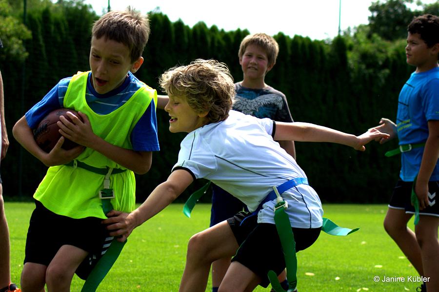 Crusaders bei KISS: die Kinder sind bei bestem Wetter begeistert von American Football (Foto: J. Kübler)