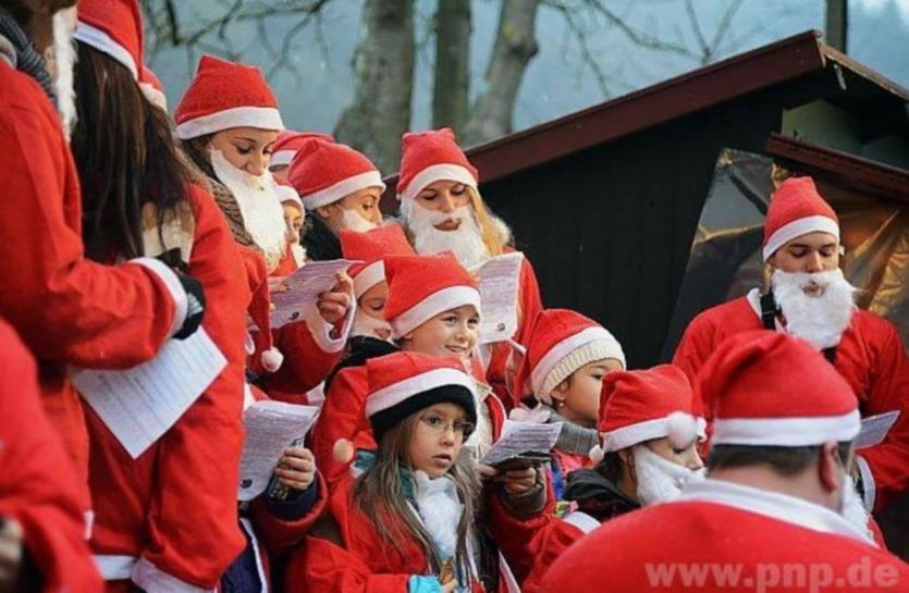 Stimmungsvoll wurde es, als die Weihnachtsmänner ihre Lieder anstimmten. - Foto: Resch